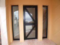 фото металлические одностворчатые двери со стеклом