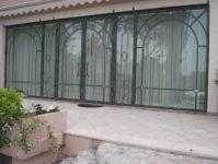 фото мультифасадные металлические двухпальные двери со стеклом