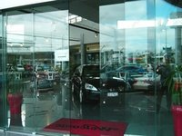 фото автоматические раздвижные двери (стеклянные) для автомобильного салона