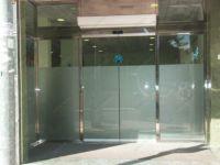 фото автоматические раздвижные двери (стеклянные) из стального профиля