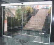 фото двухстворчатые автоматические раздвижные двери (стеклянные)