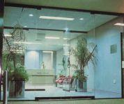 фото маятниковые распашные двери для салона красоты