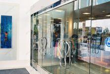 фото маятниковые распашные двери для спортивного комплекса