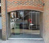 фото маятниковые распашные двери с арочным сводом