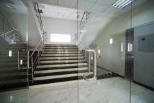 фото маятниковые распашные двери стеклянные