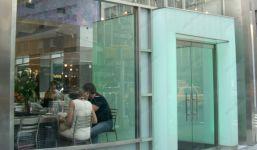 фото стеклянные маятниковые распашные двери для кафе