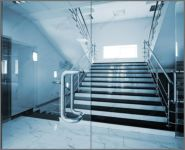 фото стеклянные маятниковые распашные двери для офиса