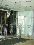 фото стеклянные маятниковые распашные двери для отеля