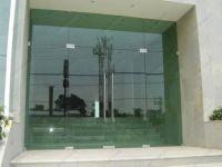 фото стеклянные маятниковые распашные двери для торгового центра