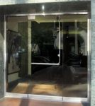 фото стеклянные маятниковые распашные двери однопольные