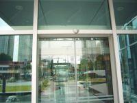 фото стеклянные двухстворчатые входные двери