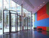 фото стеклянные карусельные входные двери