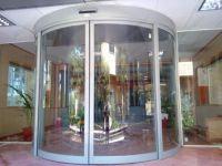 фото стеклянные круглые входные двери