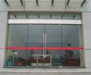 фото стеклянные распашные входные двери