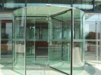 фото стеклянные входные двери для гостинницы