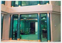 фото стеклянные входные двери маятниковые