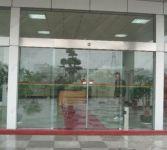 фото стеклянные входные двери со стальным профилем