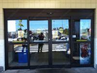 фото телескопические двери для магазина одежды