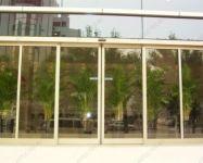 фото телескопические двери из алюминиевого профиля