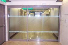 фото телескопические двери со стеклом