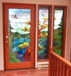 фото деревянная межкомнатная дверь с витражом