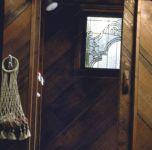 фото деревянный дом с витражами