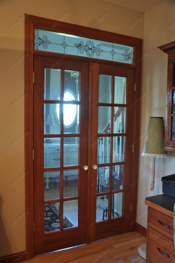 входные распашные двери для дома со стеклом