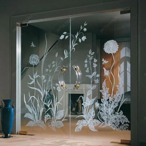 фото прозрачные двустворчатые стеклянные двери с матовыми изображениями и прозрачными ручками