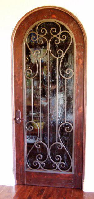 типы входные двери со стеклом и ковкой