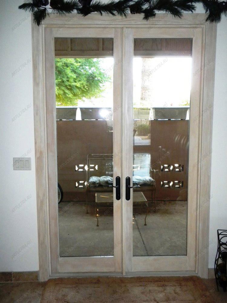 входные распашные двери со стеклом