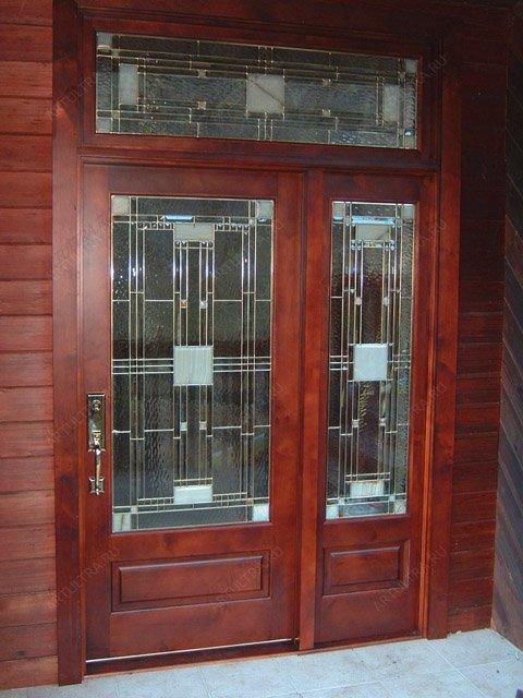 хорошая входная дверь со стеклом