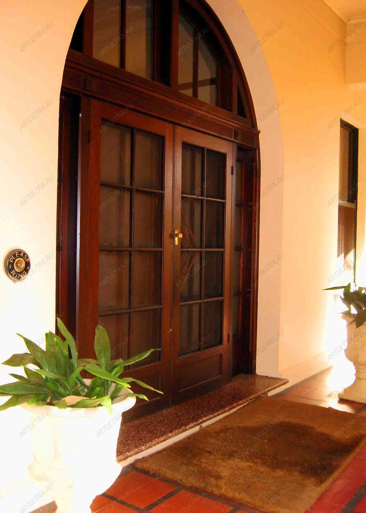 большие входные двери домов