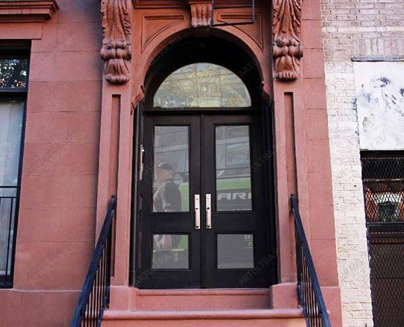 входная дверь для салона красоты с решеткой