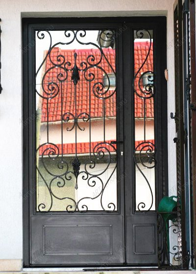 металлические кованые распашные двери в частных домах